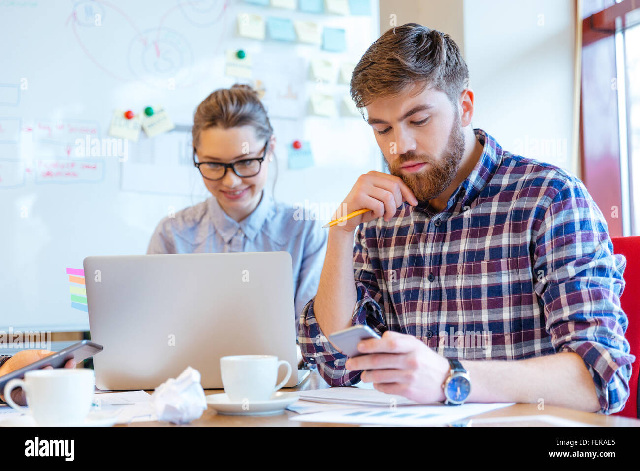 Junge Geschäftsleute, die im Büro arbeiten Stockbild