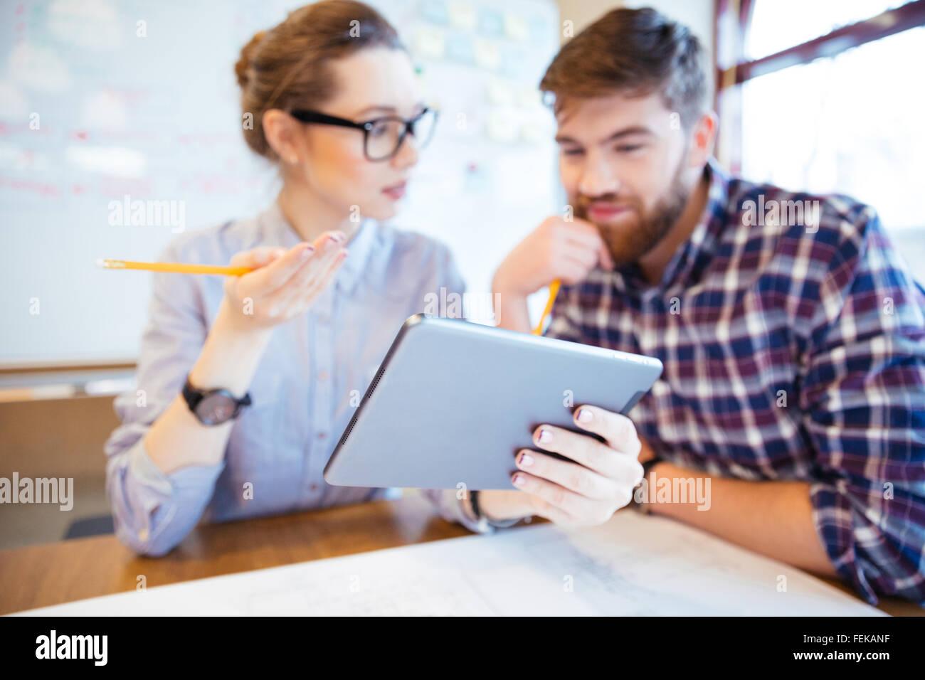 Zwei Geschäftsleute mit Tablet-PC im Büro arbeiten. Tablet-Computer im Fokus Stockbild