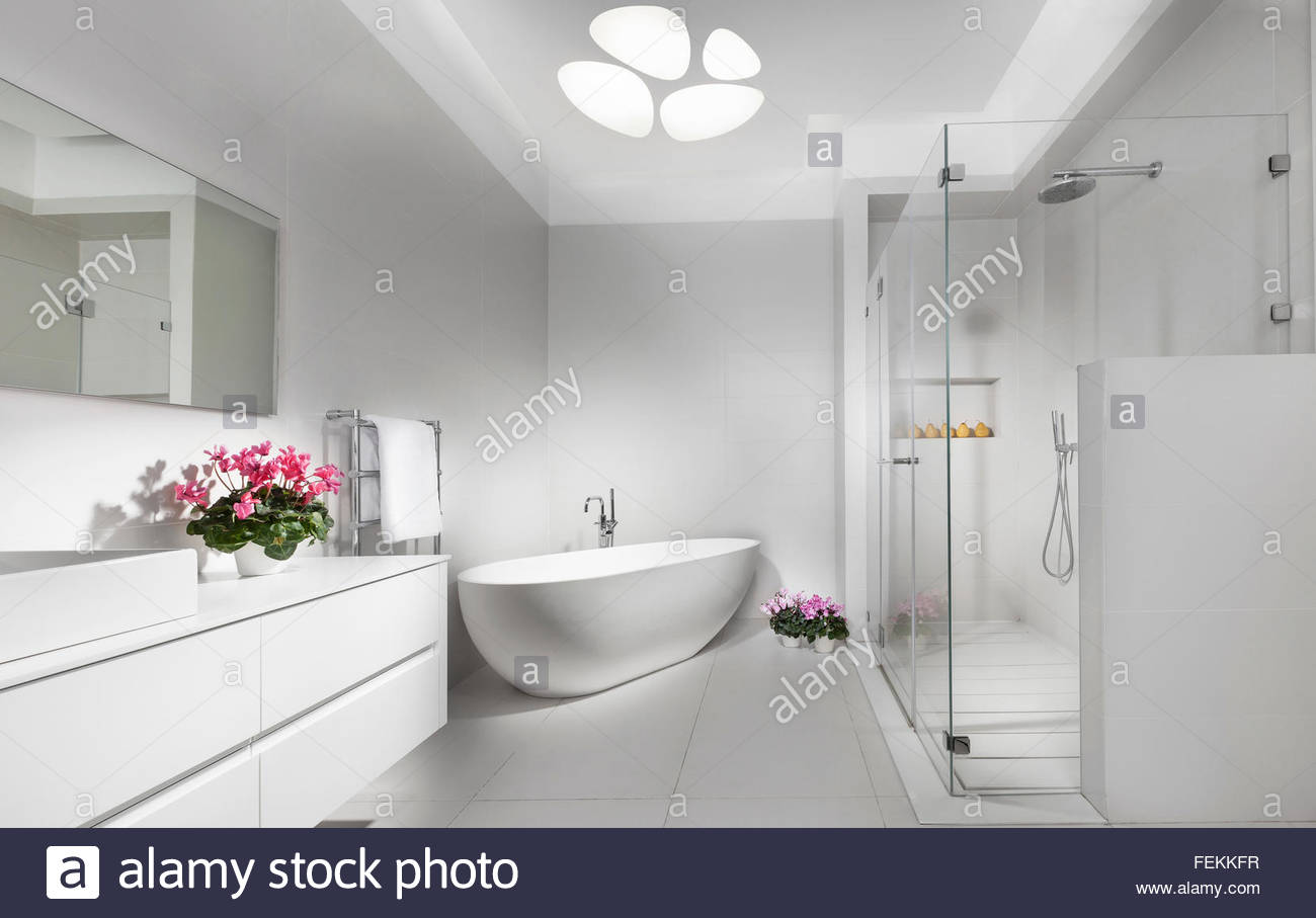 Saubere moderne Villa in Tel Aviv. Ein Badezimmer mit weißen ...