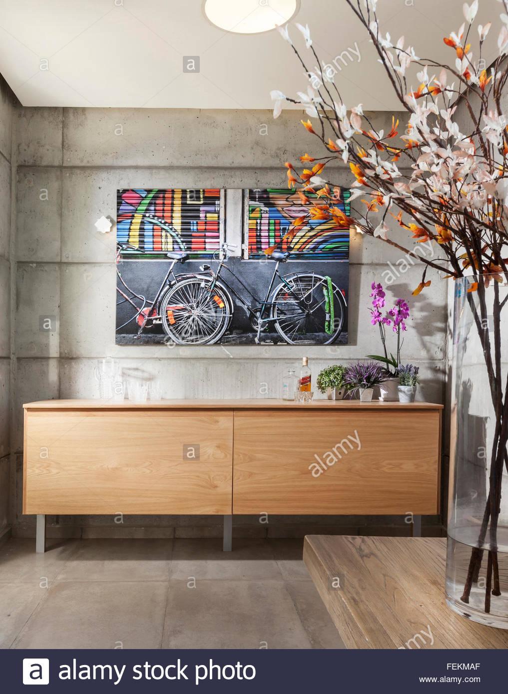 Moderne Villa in Gan Ner, Israel. Ein Flur. Kunstwerk an der Wand und große Vase mit Blumen. Stockbild