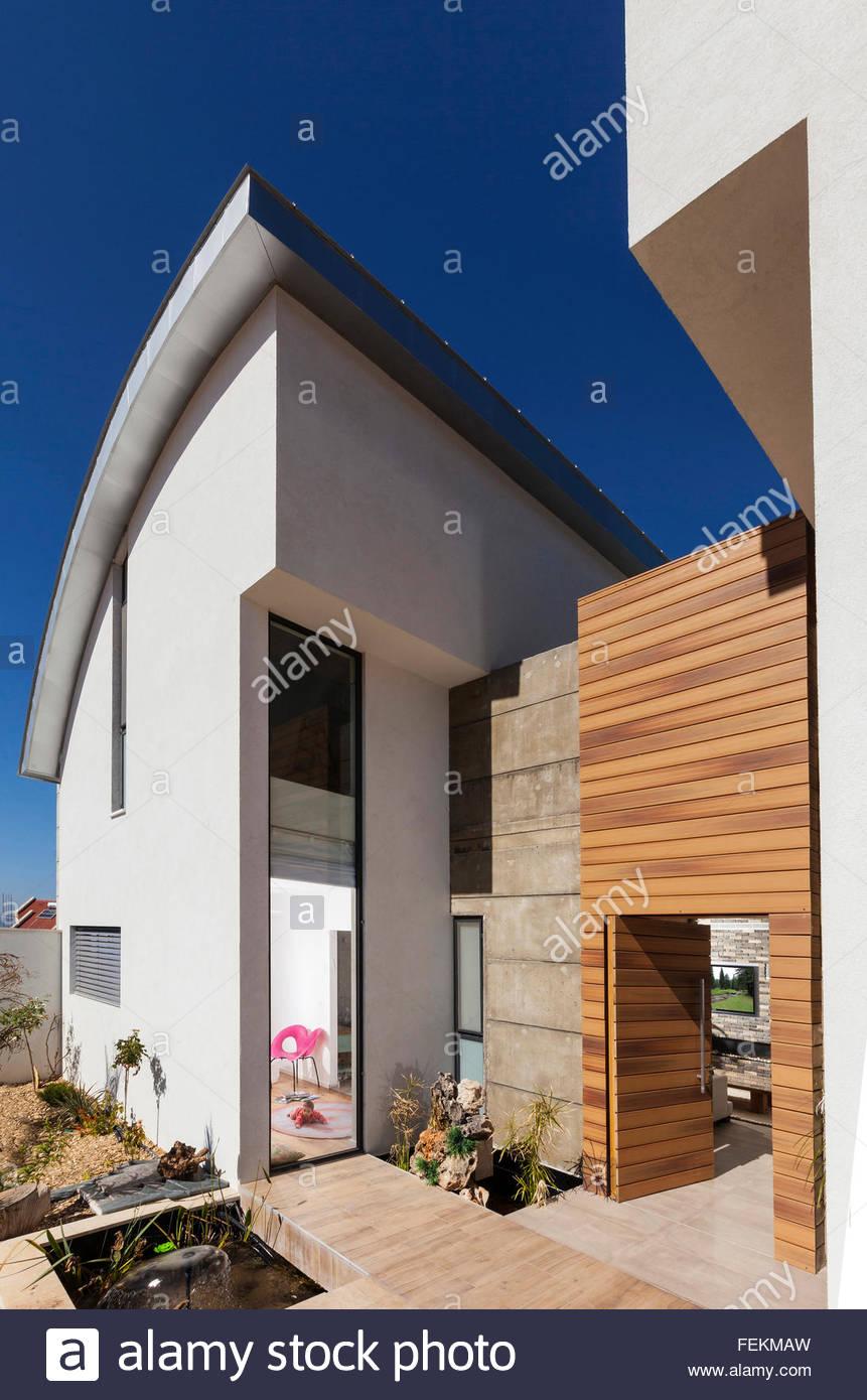 Moderne Villa in Gan Ner, Israel. Das Exterieur mit einem Satteldach ...