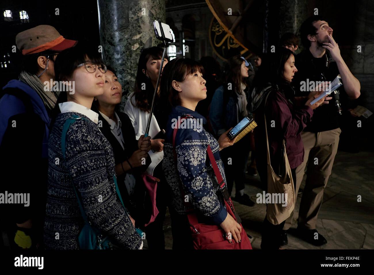 Südkoreanische Touristen in der Hagia Sophia, Istanbul, Türkei am 3. Mai 2015. Stockbild