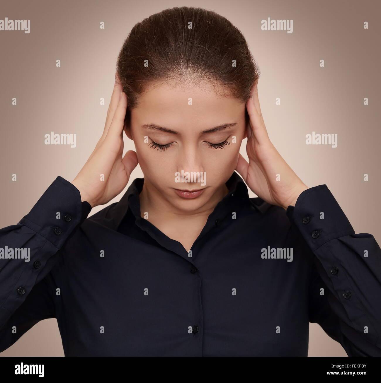 Geschäftsfrau Denken schwer mit Konzentration auf dunklem Hintergrund Hände Kopf haltend Stockbild