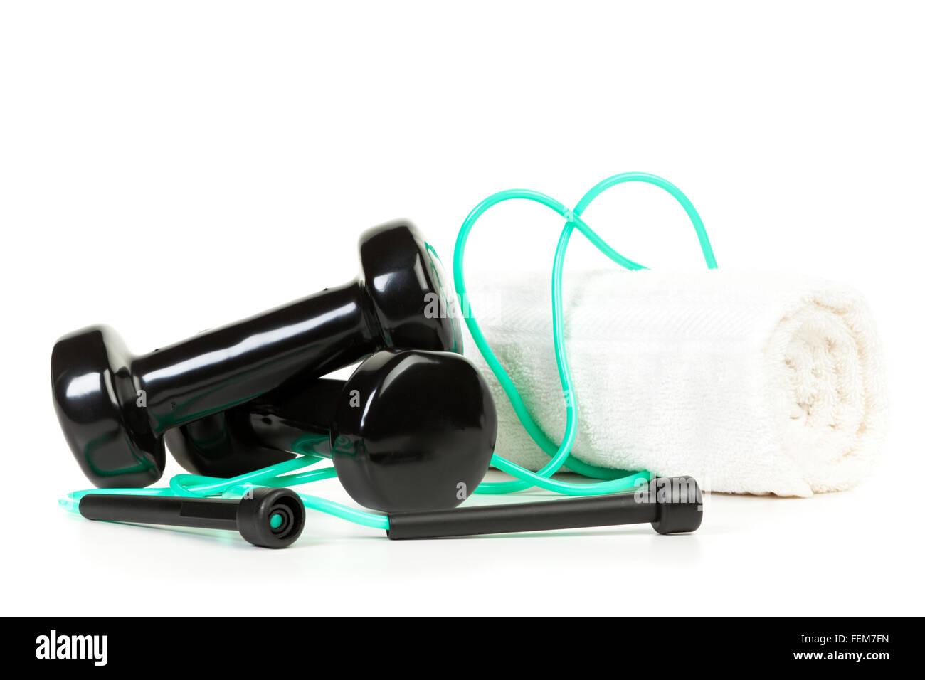 Körper-Sportgeräte - Hanteln, überspringen von Seil und Handtuch auf weißem Hintergrund Stockbild