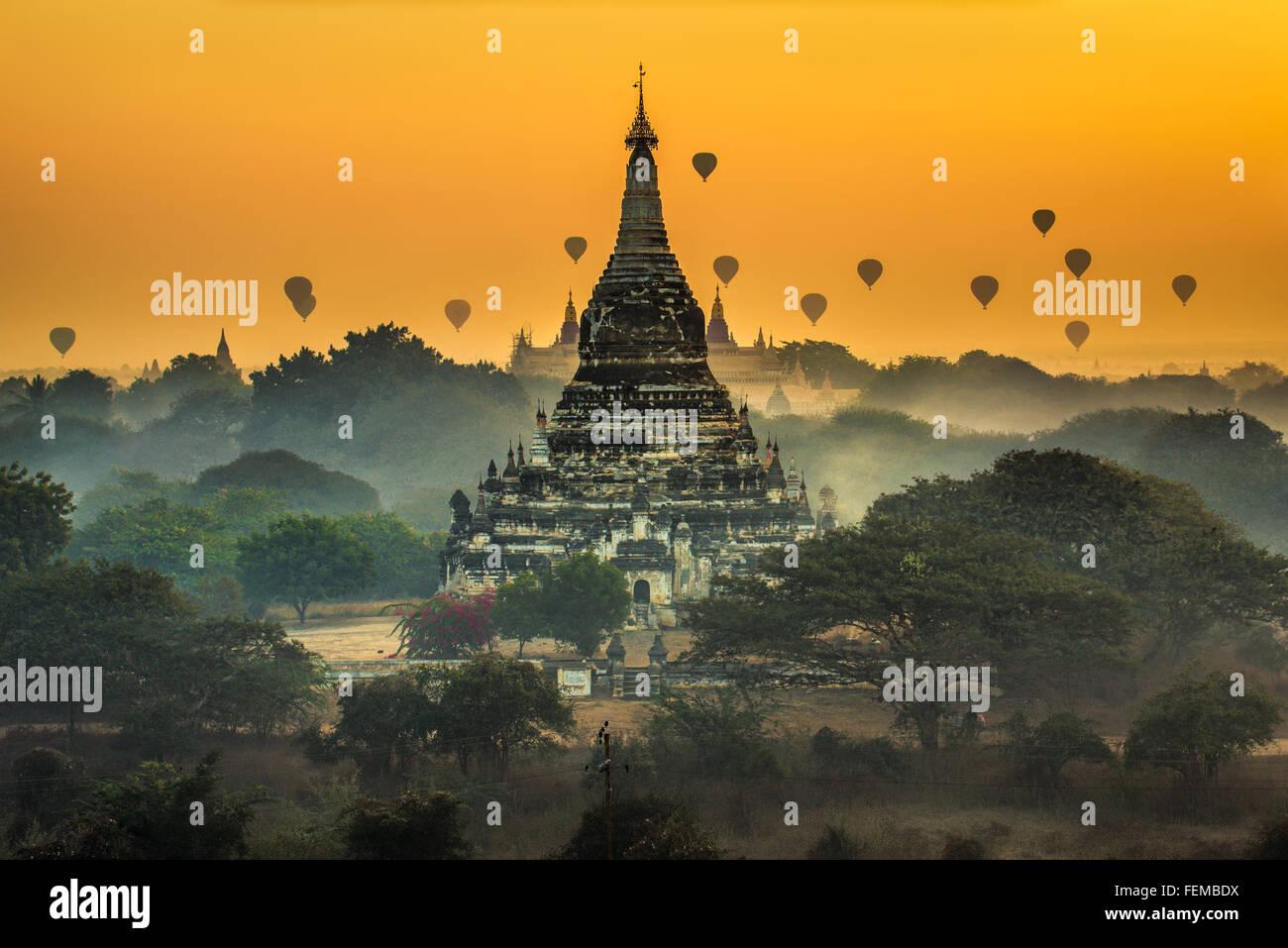 Malerischen Sonnenaufgang mit vielen Heißluftballons über Bagan in Myanmar Stockbild