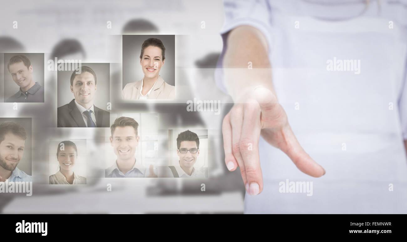 Zusammengesetztes Bild der Frau zeigt mit dem finger Stockbild