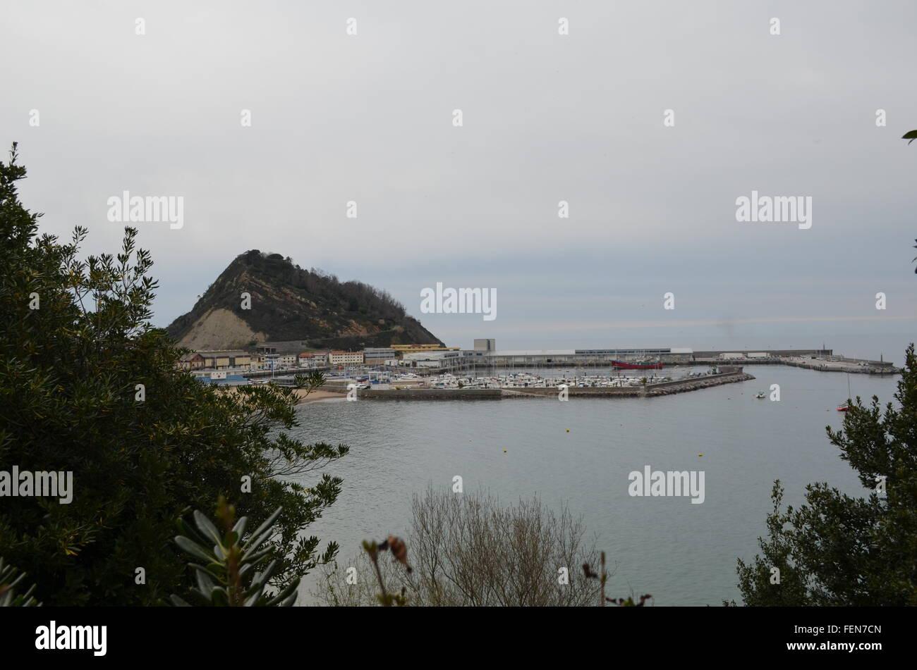 Blick auf Hafen von Berg gegen Himmel Stockbild