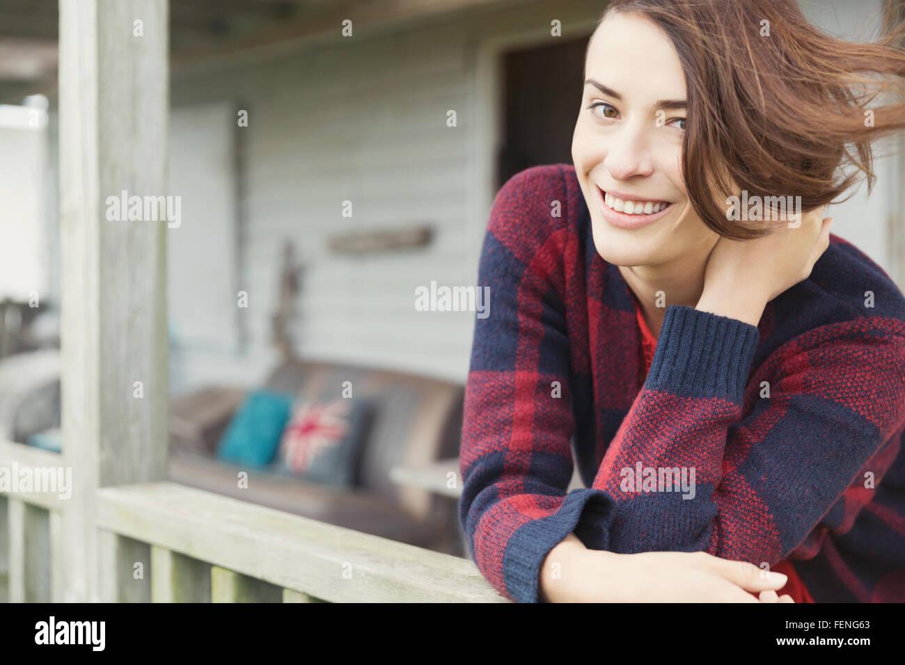 Lächelnde Brünette Frau Porträt auf Veranda Stockbild