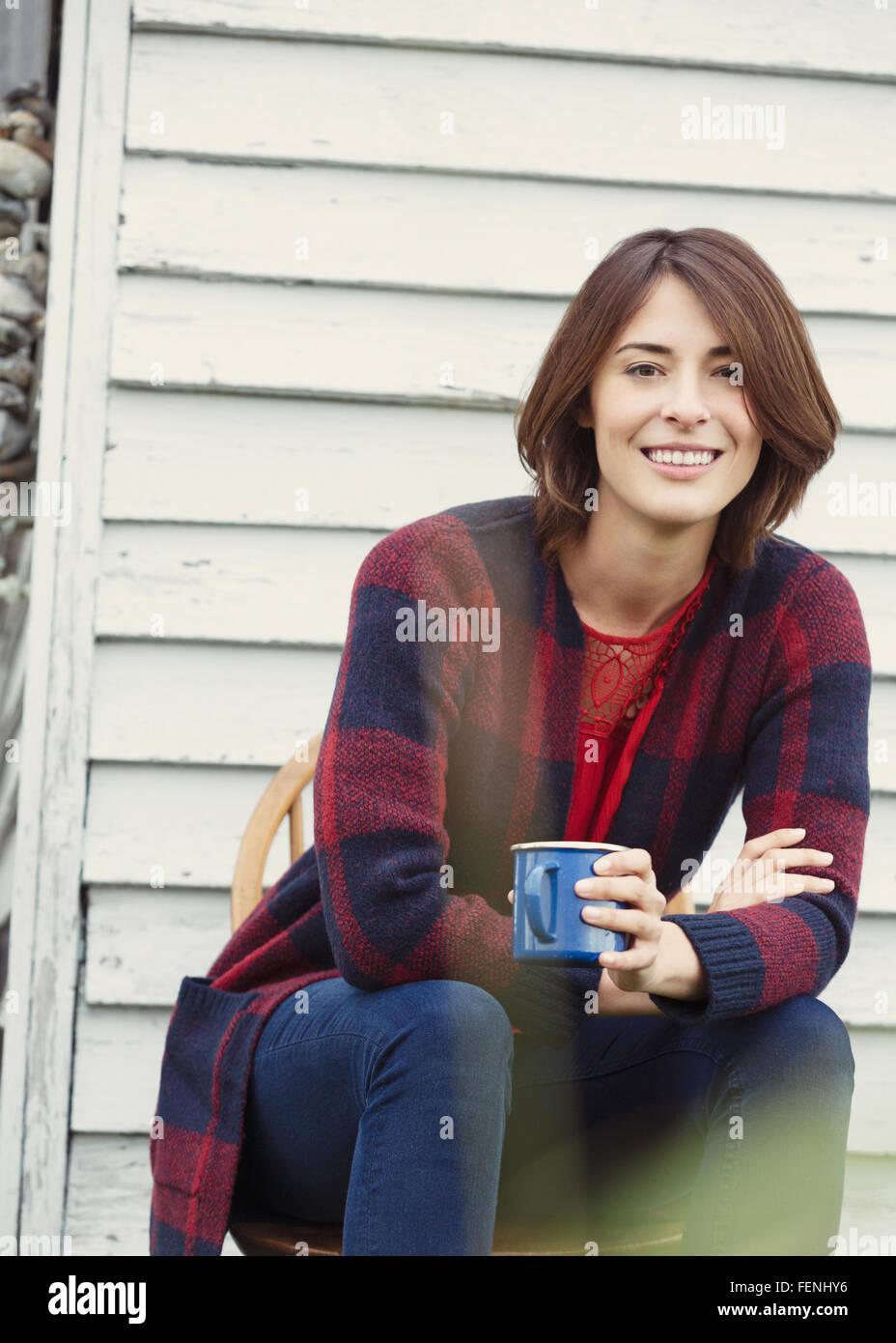 Porträt lächelnde Brünette Frau Kaffeetrinken im freien Stockbild