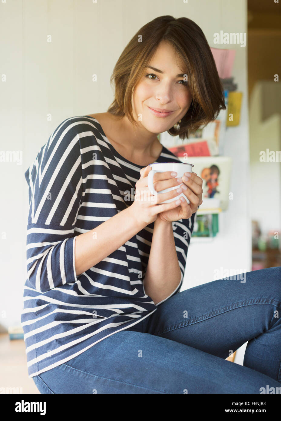 Porträt lächelnde Brünette Frau Kaffee trinken Stockbild