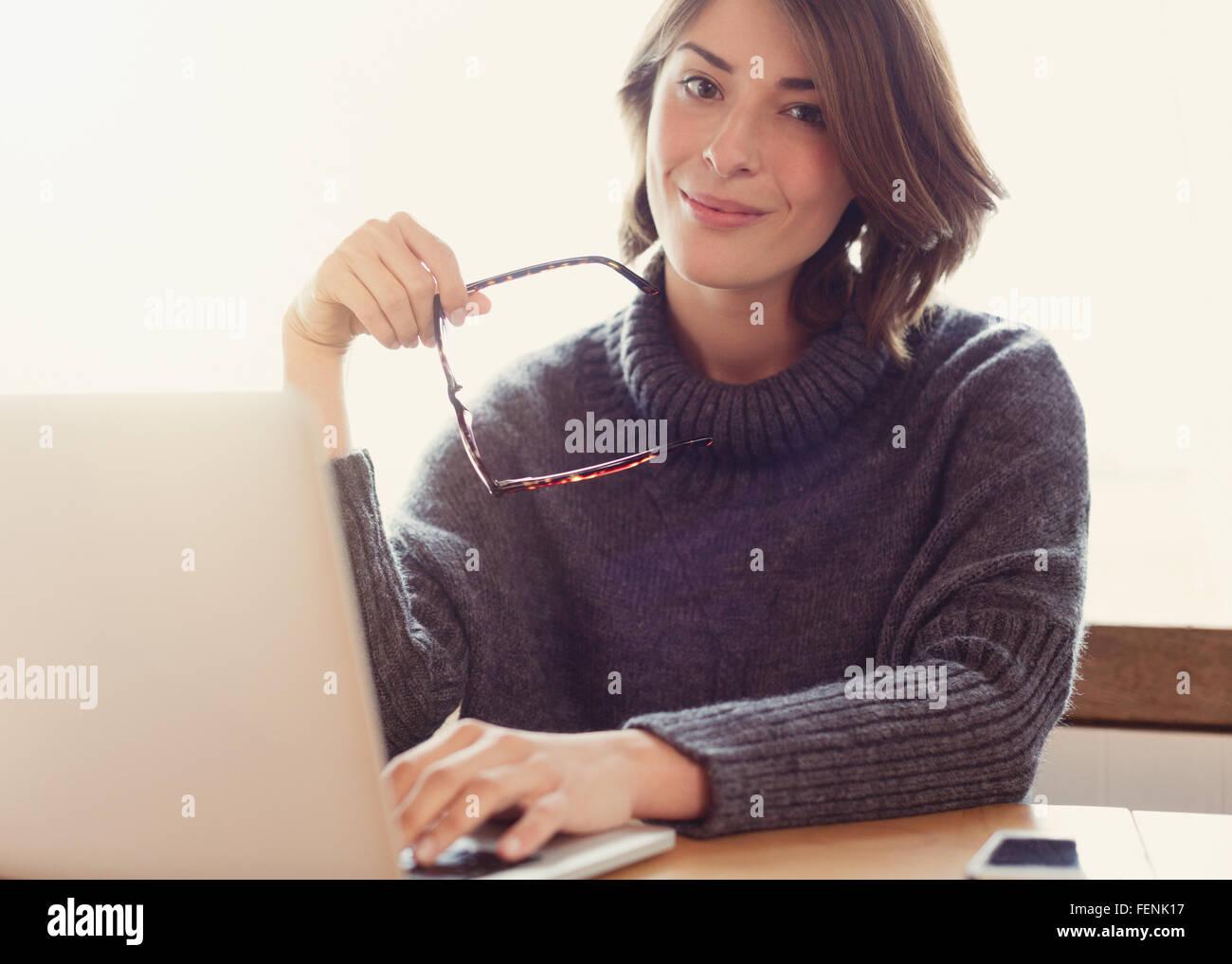 Porträt zuversichtlich Brünette Frau mit Brille mit laptop Stockbild