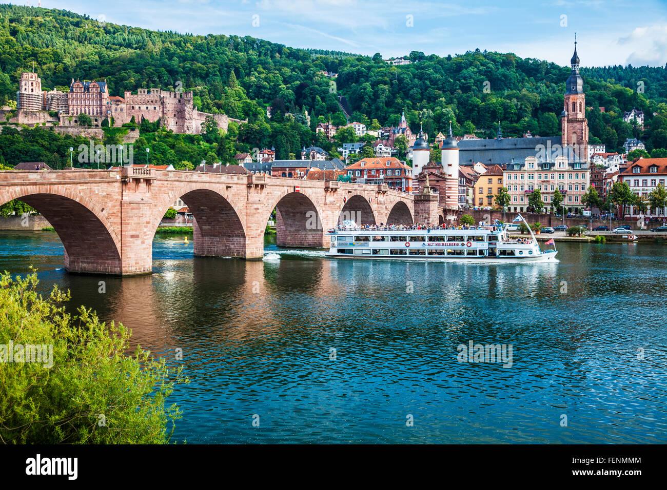 Ein Tourist cruise Boot geht unter der Karl-Theodor-Brücke über den Neckar in Heidelberg. Stockbild