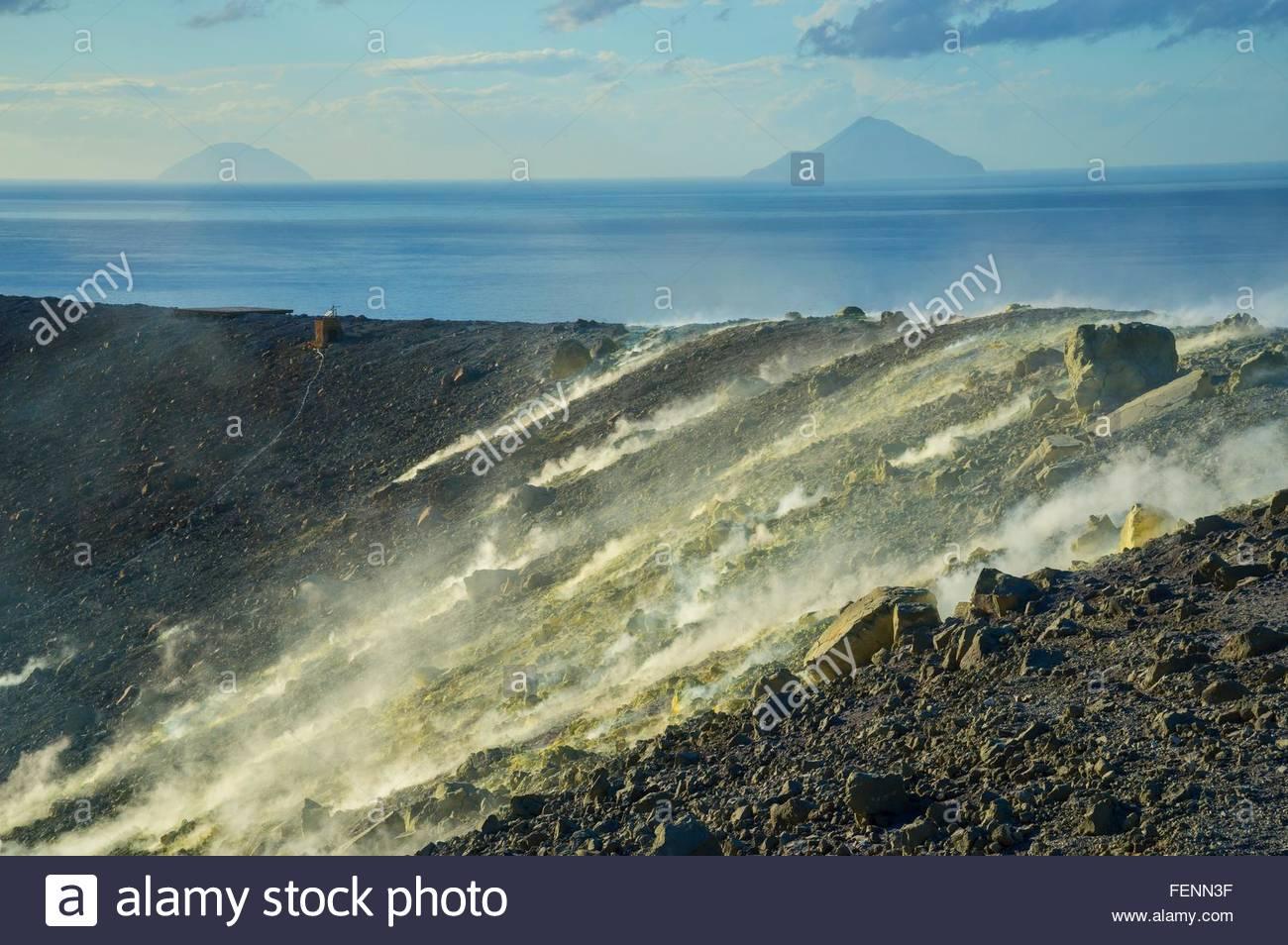 Schwefel und Fumarolen Rauch auf Gran Cratere Vulcano Insel Äolischen Inseln, Sizilien, Italien Stockbild