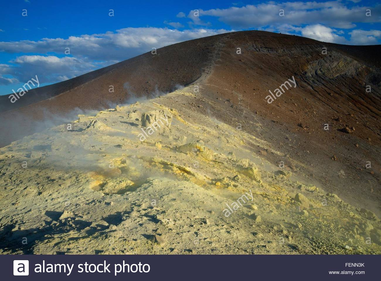 Schwefel und Fumarole Rauch am Gran Cratere Vulcano Insel Äolischen Inseln, Sizilien, Italien Stockbild