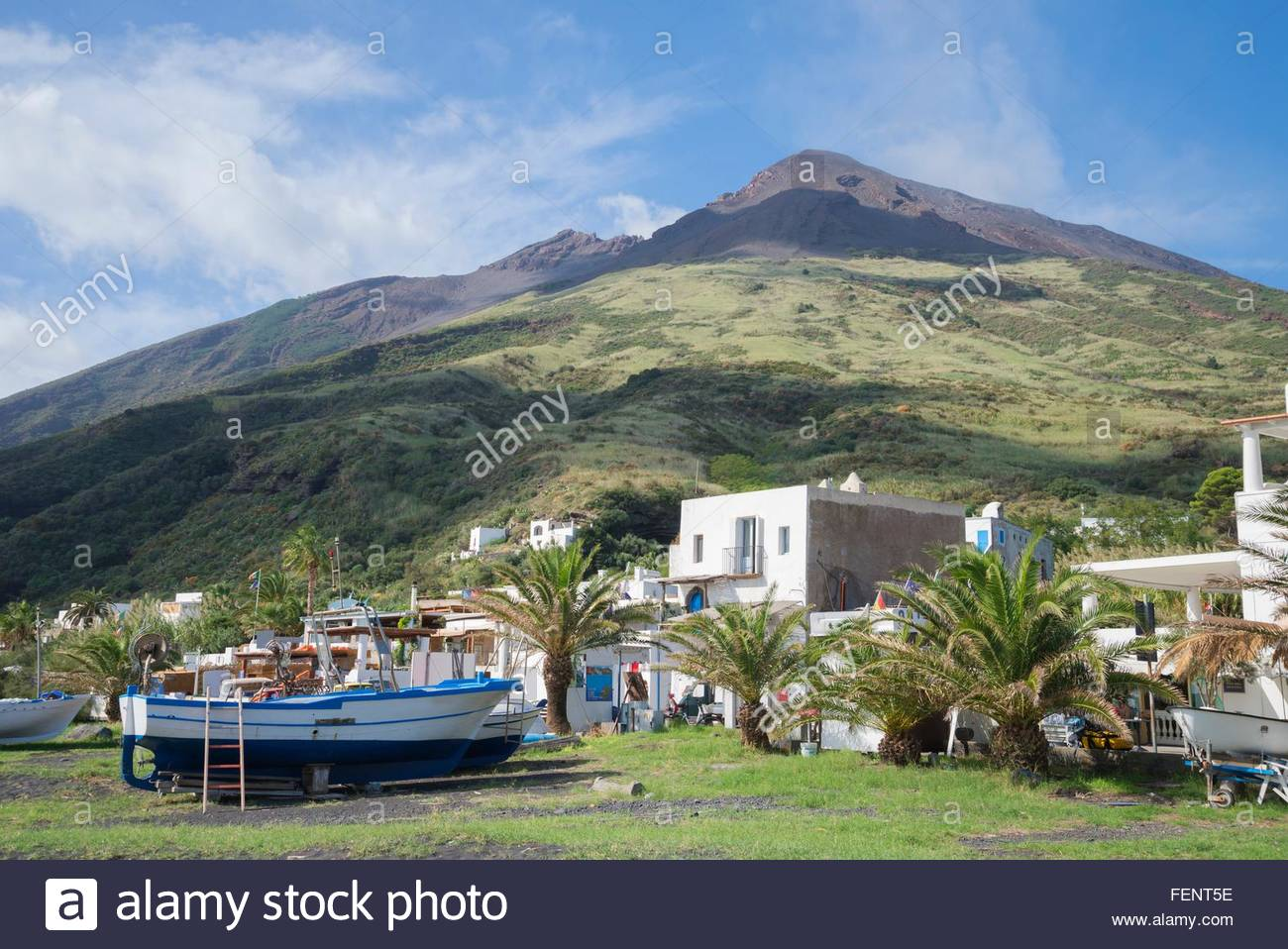 Häuser und Boote auf Stromboli, Äolischen Inseln, Sizilien, Italien Stockbild