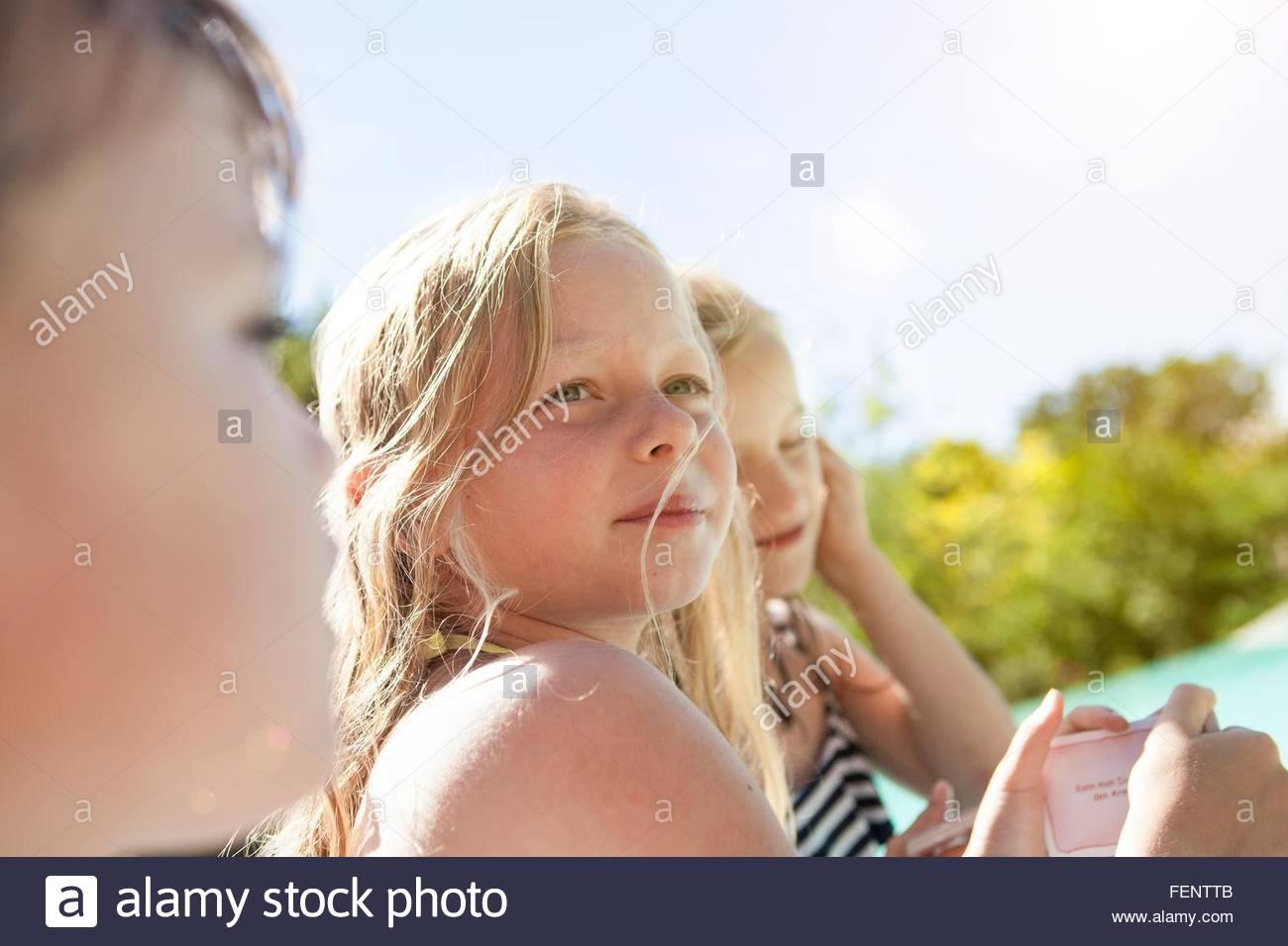 Drei kleine Kinder, im Freien, wegschauen Stockbild