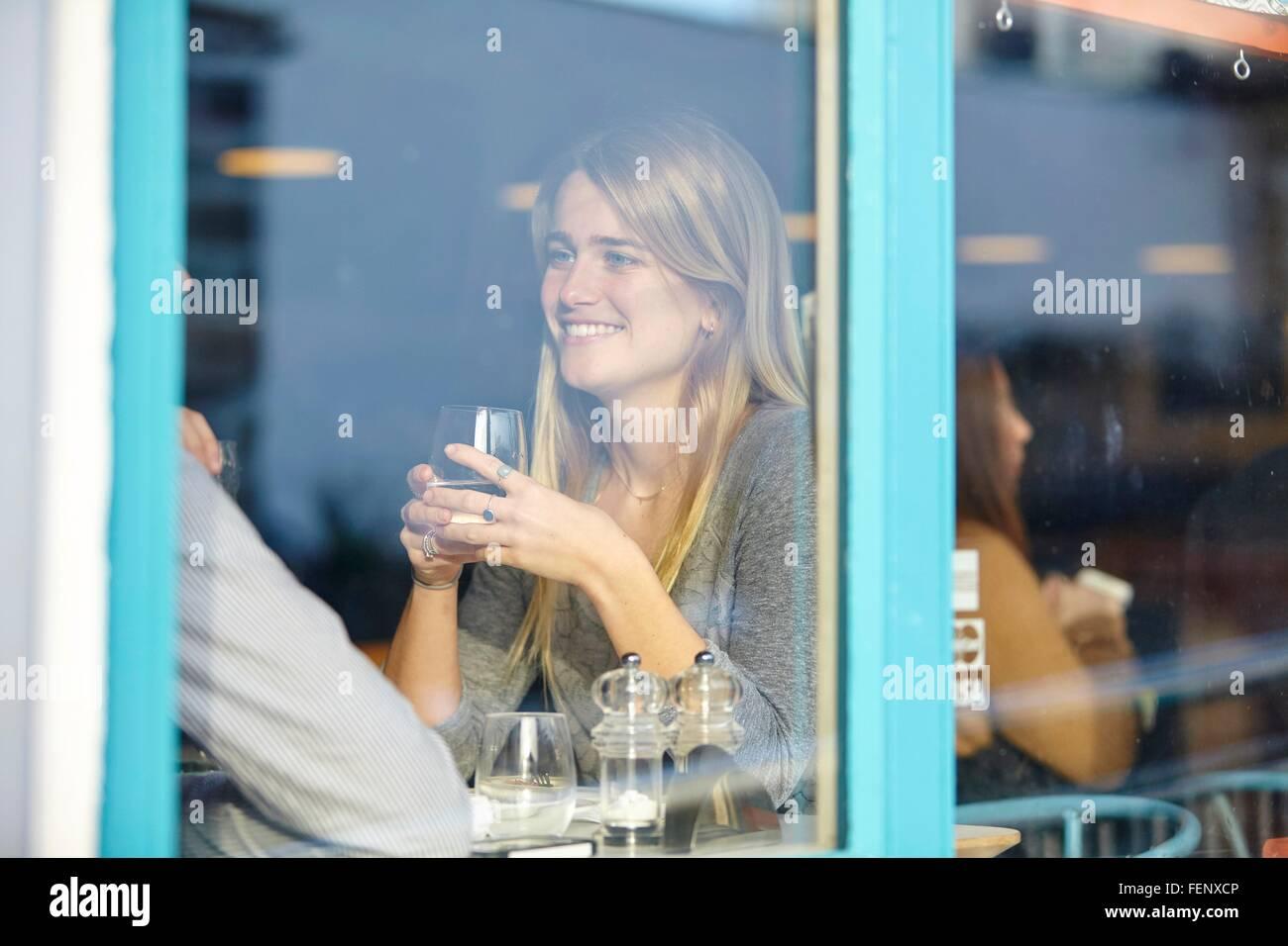 Romantische junges Paar im Café mit Mittagessen Stockbild