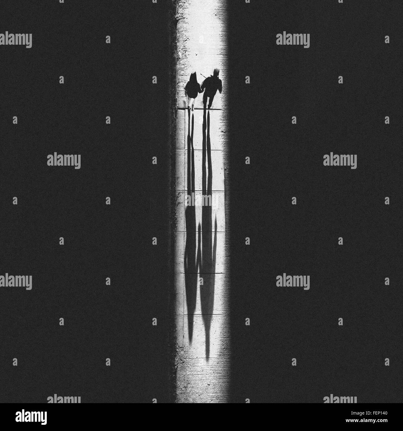 Zwei Menschen zu Fuß auf glühenden Wanderweg Stockbild