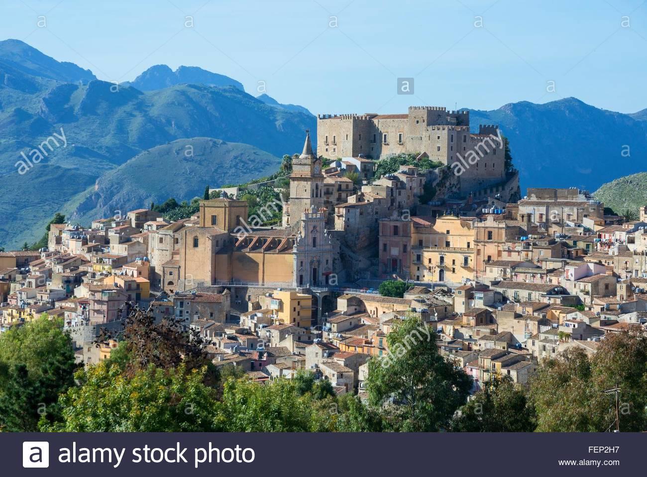 Caccamo Schloss und Dorf, Caccamo, Sizilien, Italien Stockbild