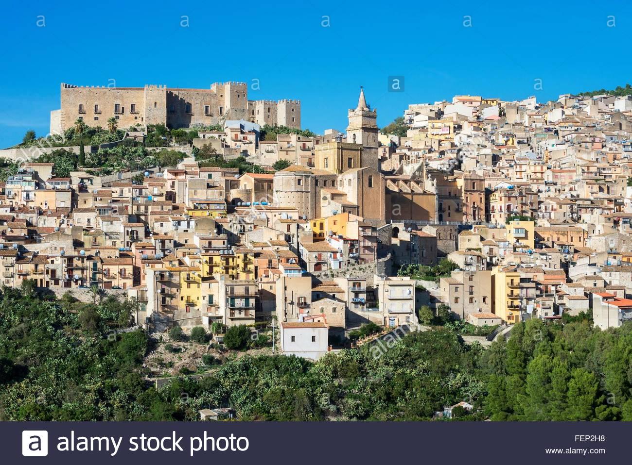 Erhöhten Blick auf Caccamo Schloss und Dorf, Caccamo, Sizilien, Italien Stockbild