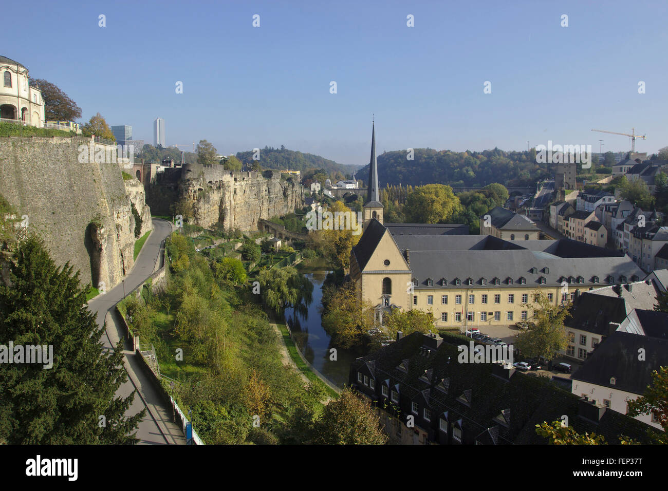 Luxemburg, Ansicht von der Corniche der Oberstadt mit dem Quartal Grund und Abtei Neumünster, Herbst Stockbild