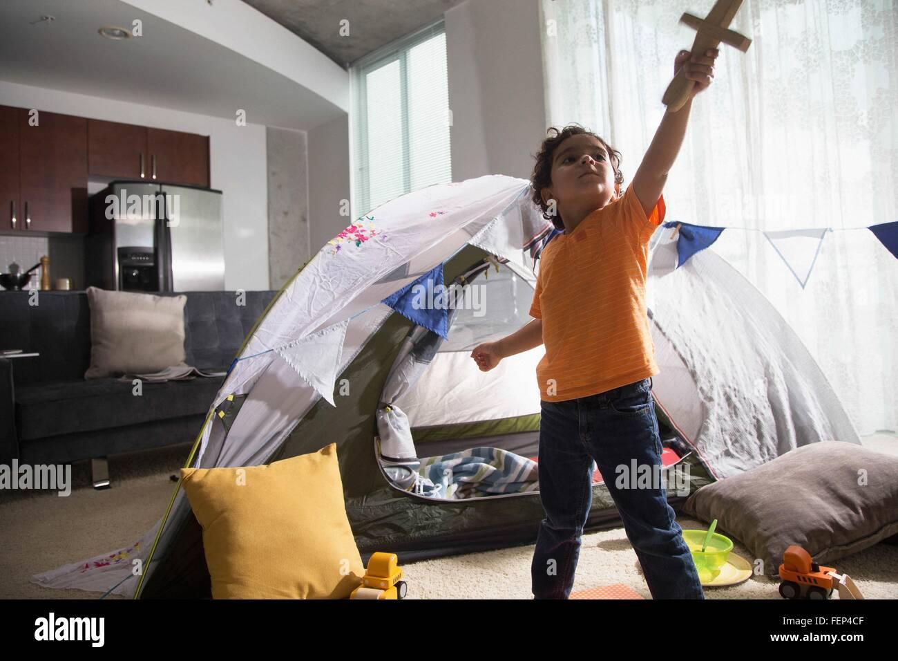 Kleiner Junge Im Wohnzimmer Mit Zelt Als Den Arm Hob Nachschlagen