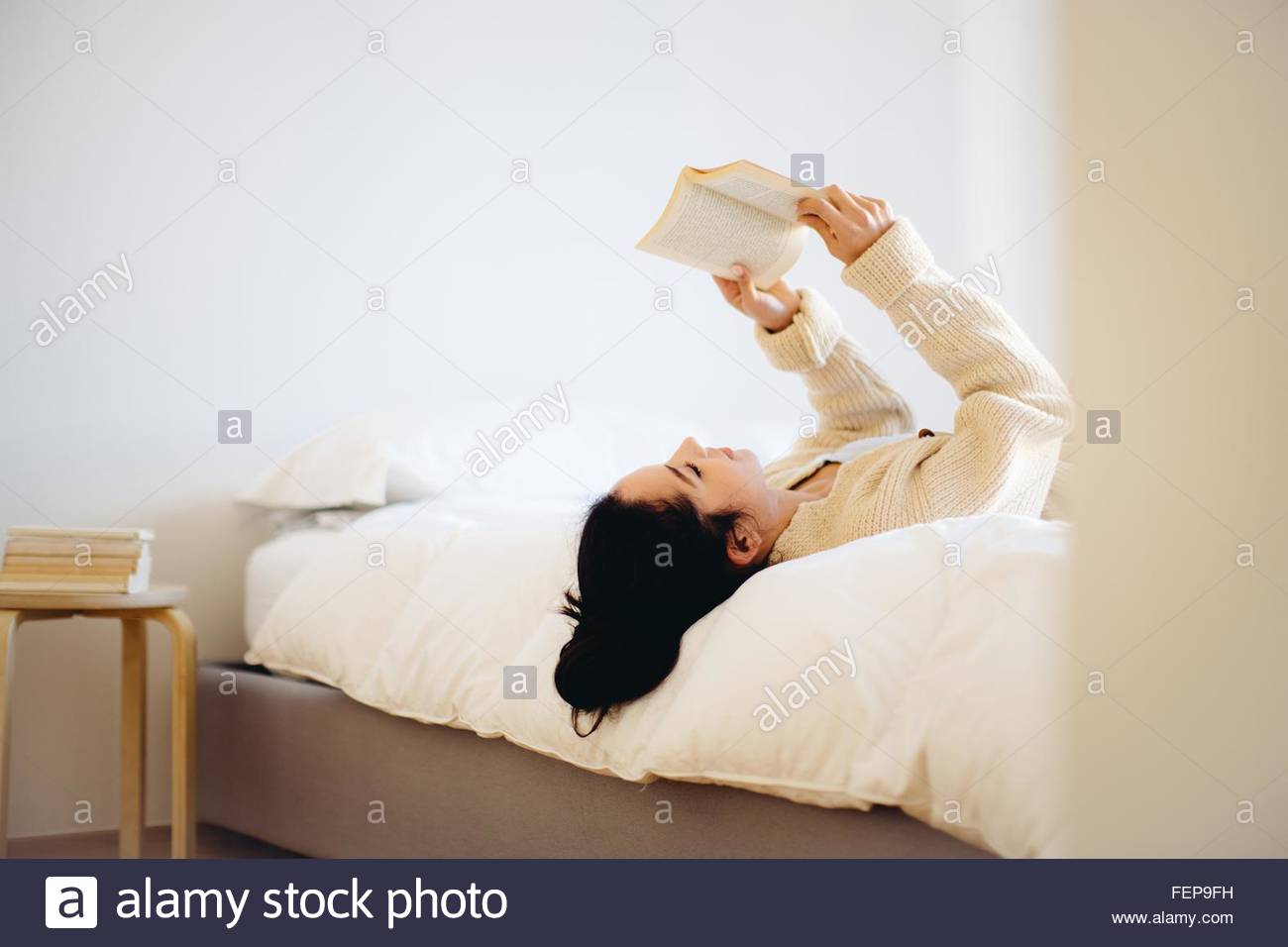 reading book stockfotos reading book bilder alamy. Black Bedroom Furniture Sets. Home Design Ideas