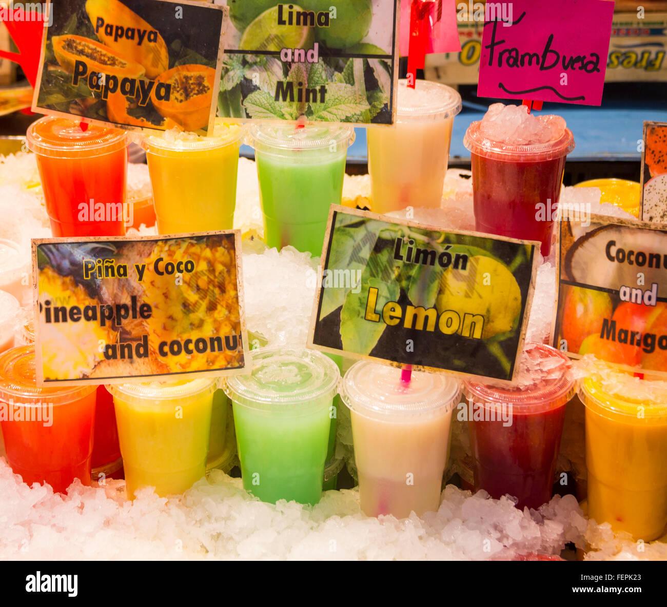 Frisches Obst Getränke umgeben von Eis in La Boqueria Markt, Las ...