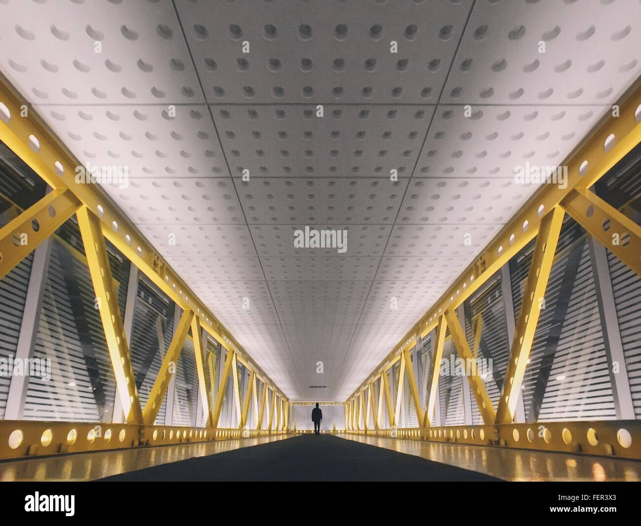 Ferne Silhouette Fußgänger auf Brücke Stockbild