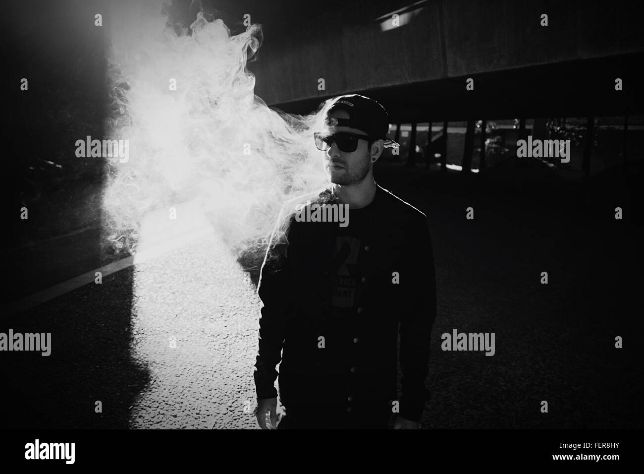 Mann mit Rauch In Stadt Stockbild