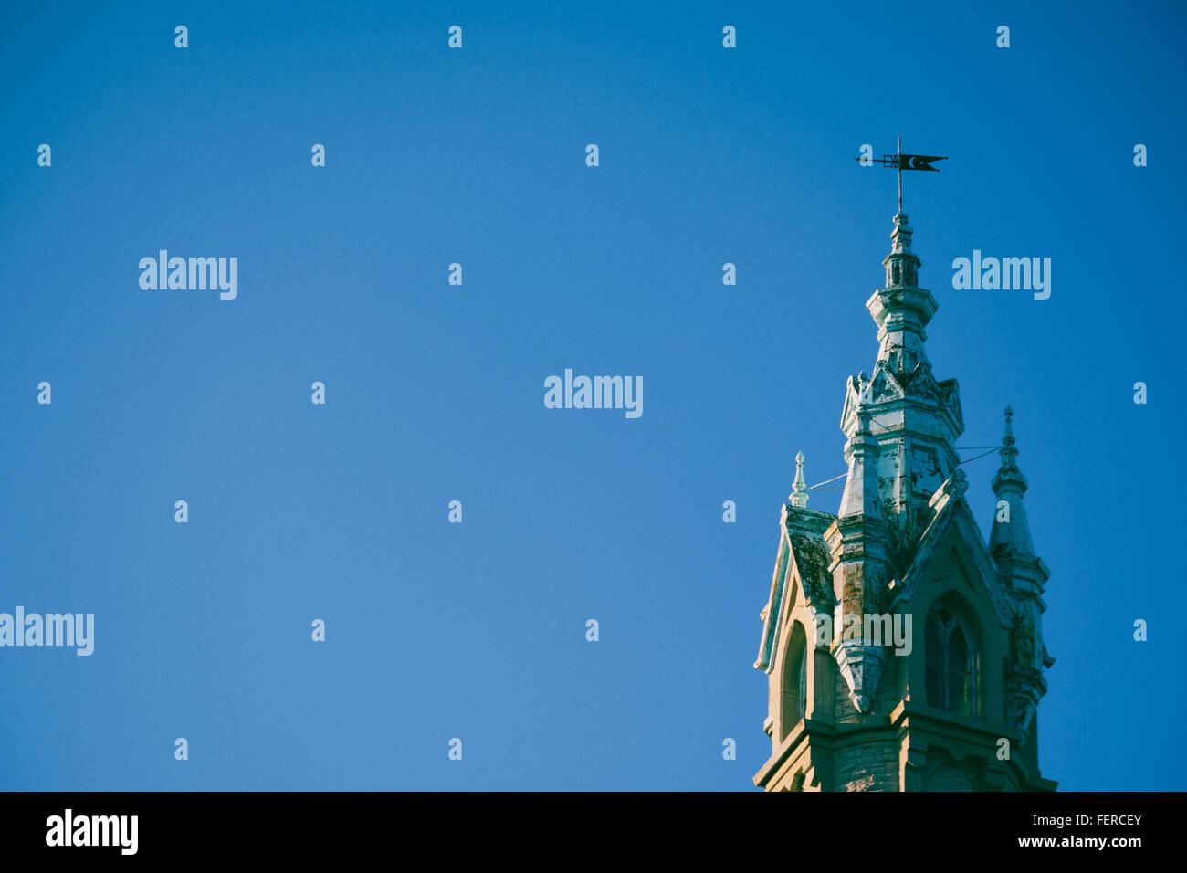 Niedrigen Winkel Blick auf historische Gebäude mit pakistanischen Flagge gegen blauen Himmel Stockbild