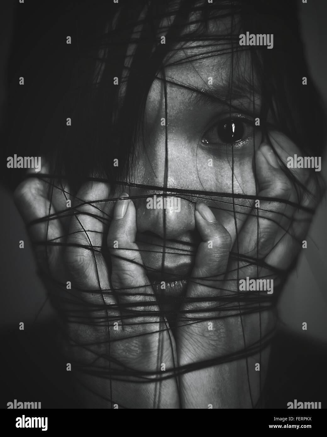 Porträt der Frau mit einem Seil gebunden, um sie herum Stockbild