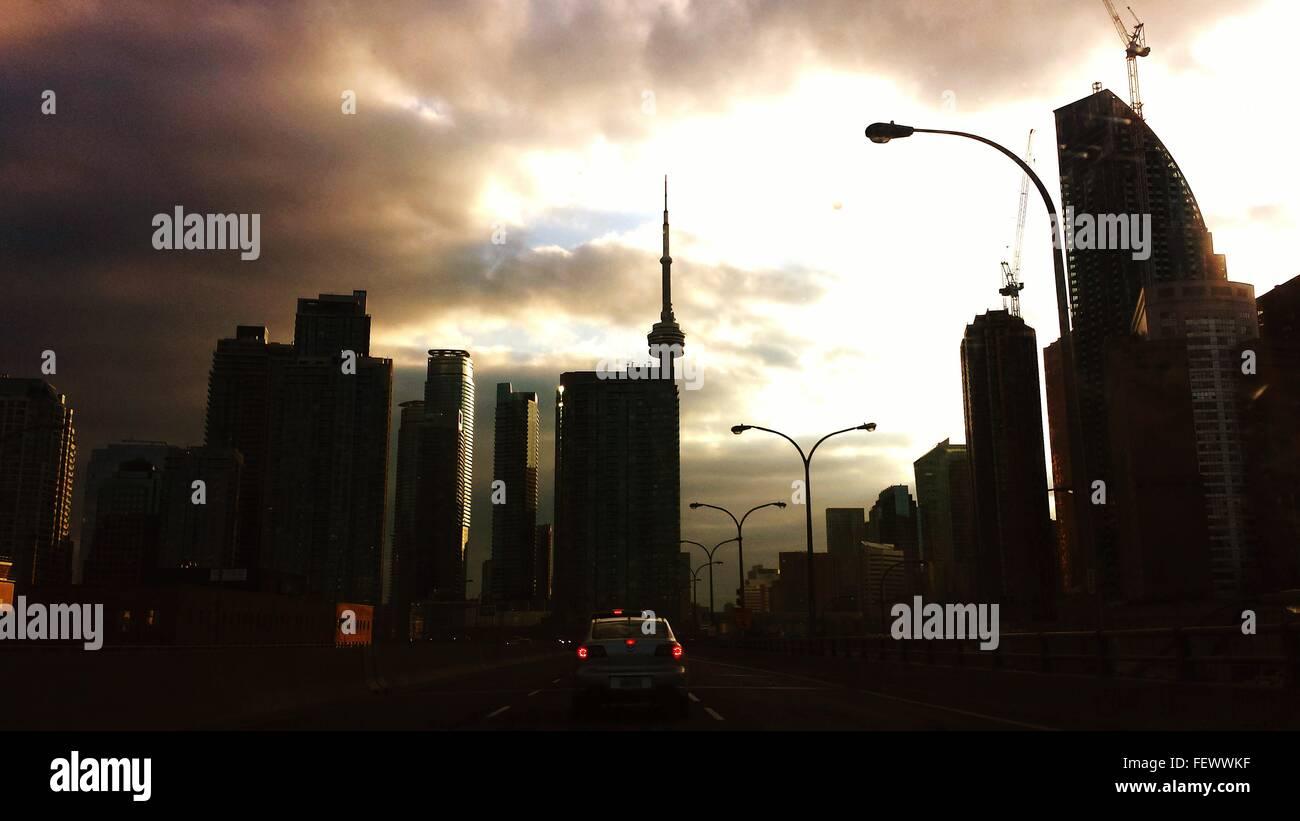 Silhouette der Stadt mit Cn Tower gegen bewölktem Himmel in der Abenddämmerung Stockfoto