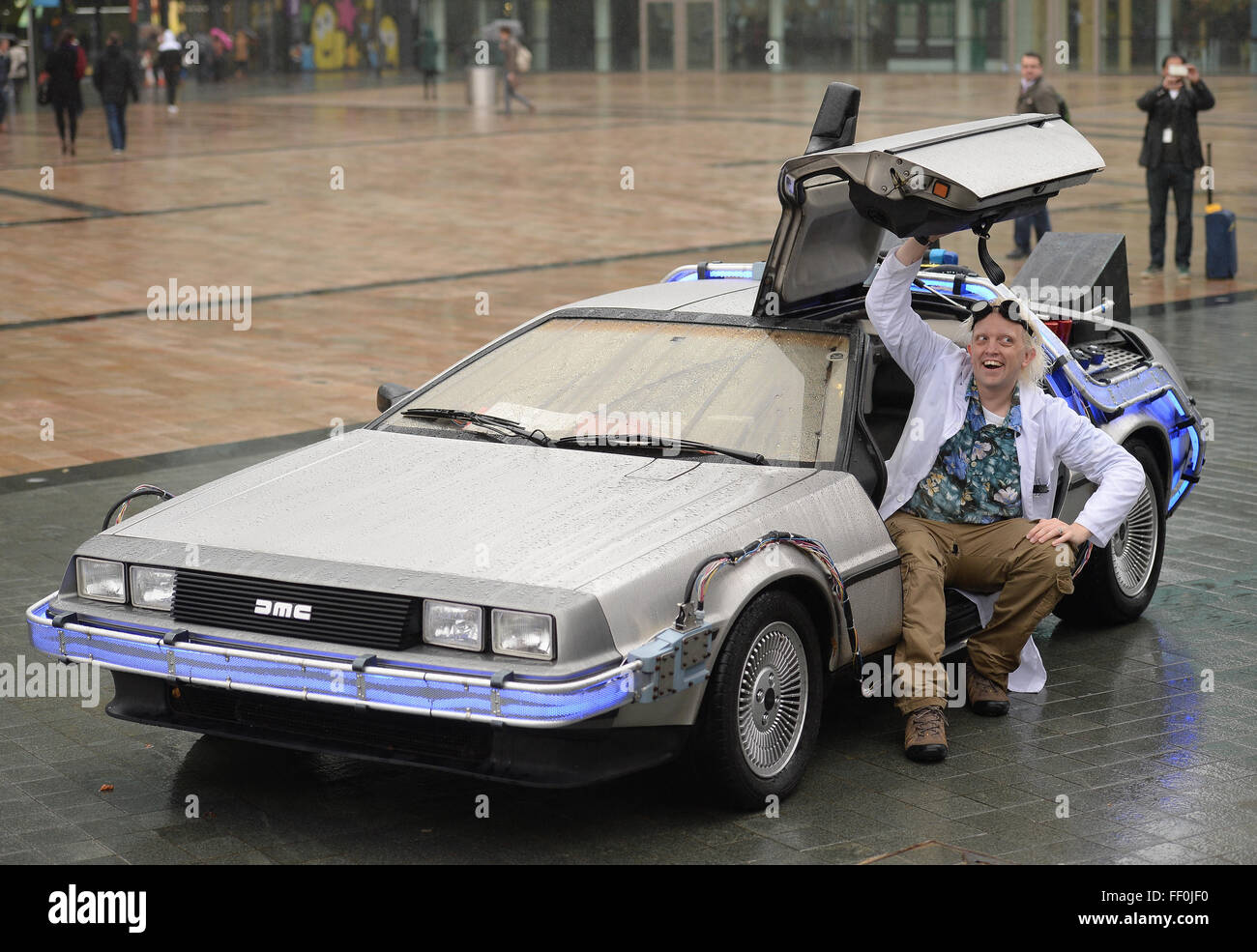 Ein DeLorean Dmc-Auto auf dem Display an Media City Manchester im ...