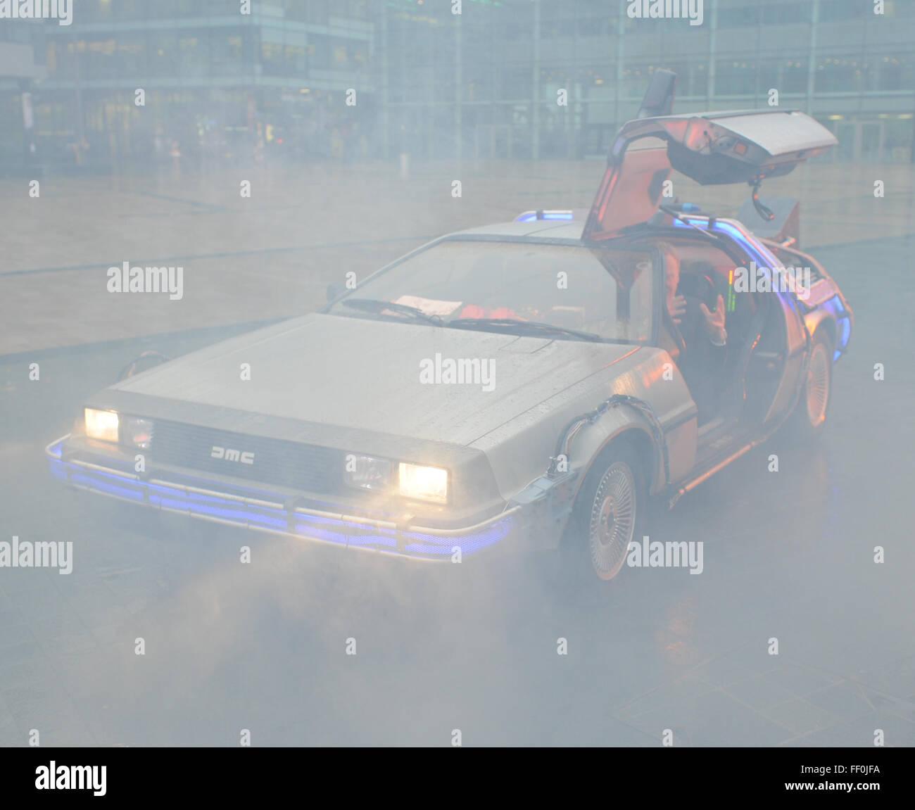 Ein DeLorean Dmc-Auto auf dem Display an Media City Manchester im ...