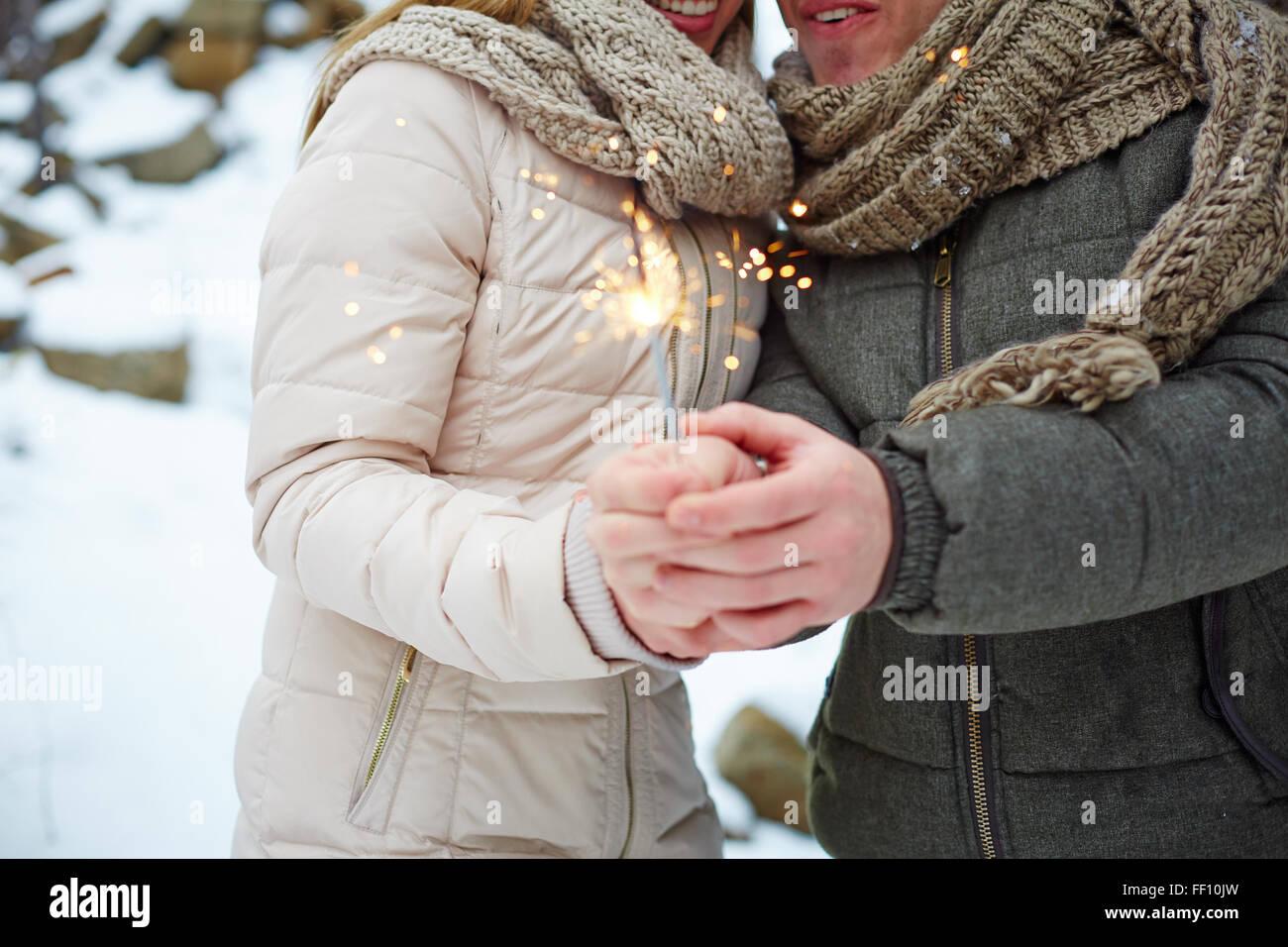 Junge Daten brennen Bengal Licht am Valentinstag Stockfoto