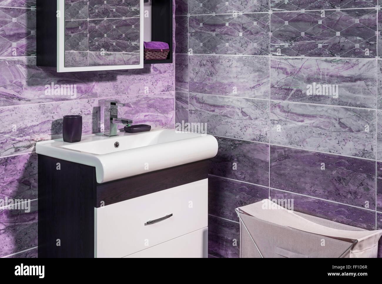 Detail der modischen Badezimmer in lila und grau Farbe - WC und ...
