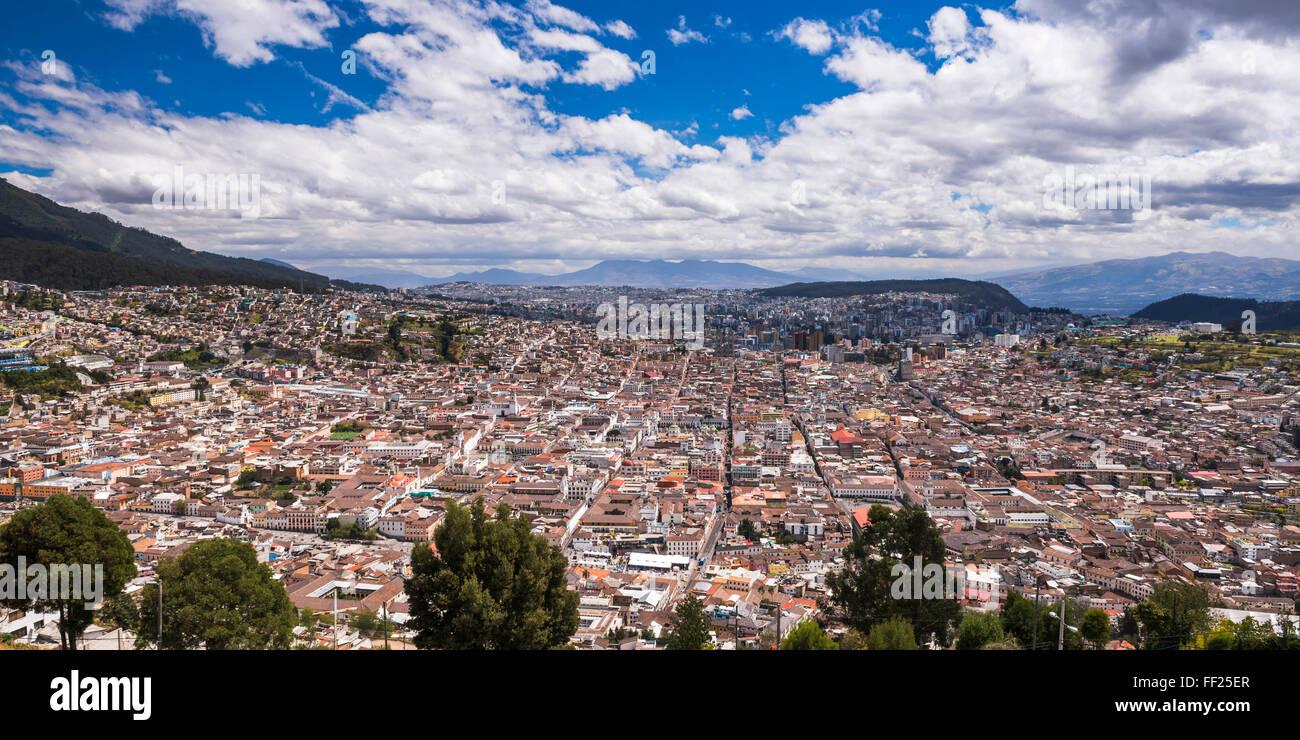 Altstadt von Quito mit der historischen Zentrum von Quito ORMd Stadt im Vordergrund, gesehen von ERM PaneciRMRMo Stockbild