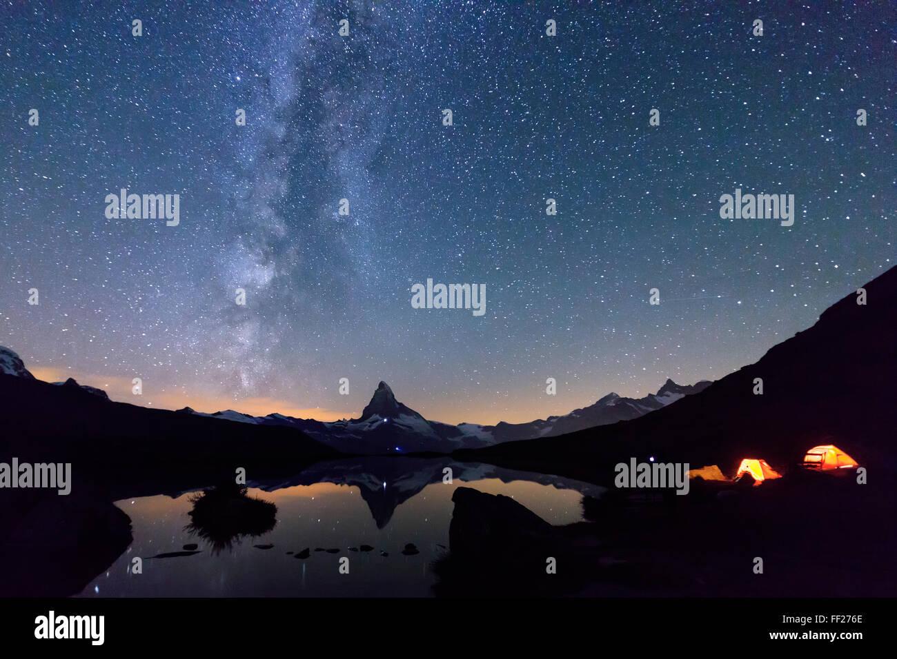 Camping unter den Sternen und der Milchstraße mit Matterhorn spiegelt sich im See Stellisee, Zermatt, Kanton Stockbild