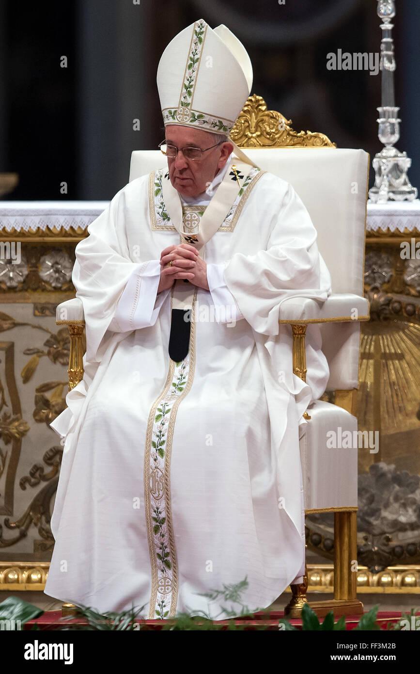 Francis Pope Papst Besucht Die Chrisam Messe Im Petersdom Papa Francesco Messa Del Crisma Basilica Di San Pietro Va Stockfotografie Alamy
