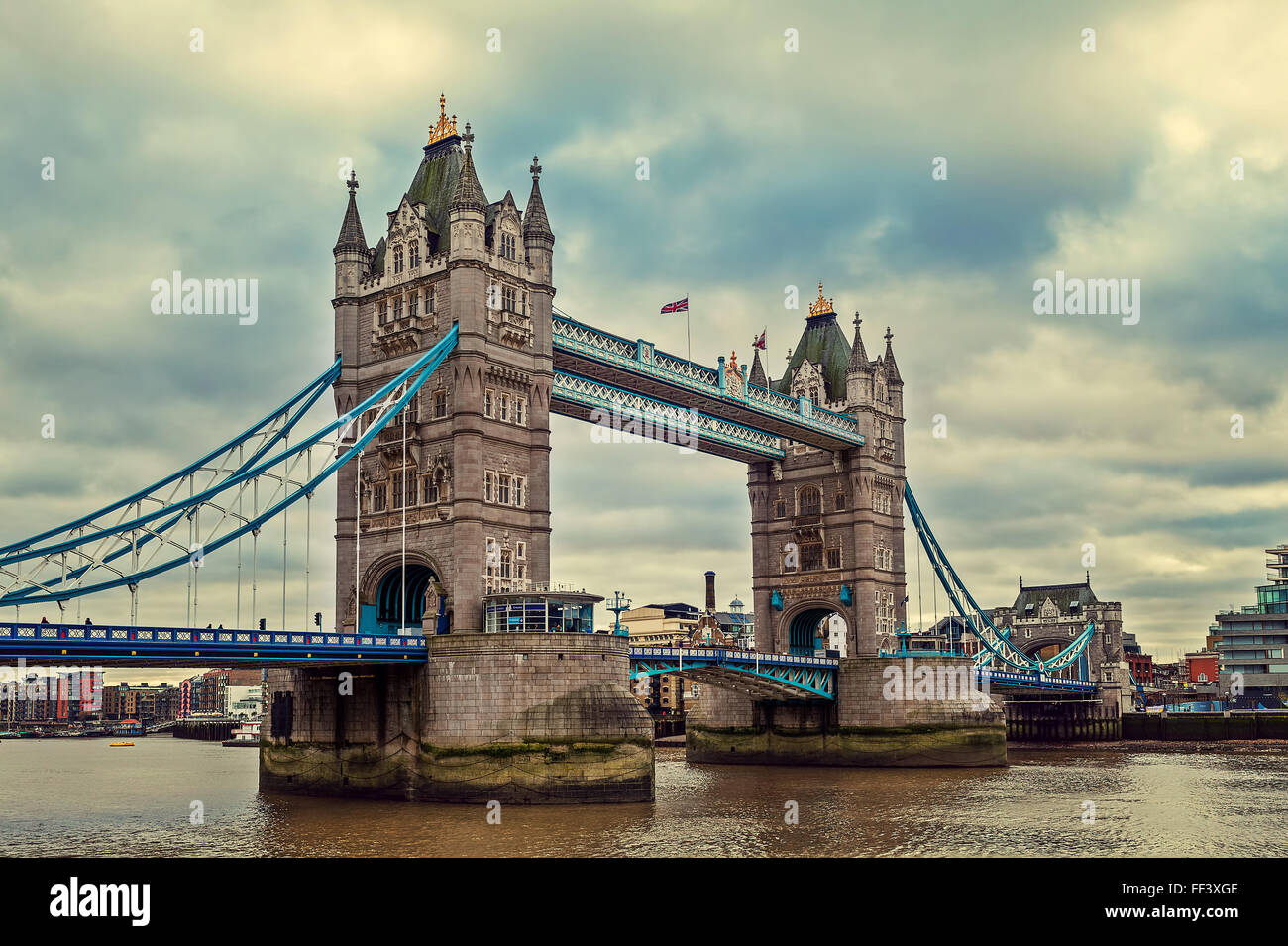 Blick auf die Tower Bridge unter bewölktem Himmel in London, Vereinigtes Königreich. Stockbild