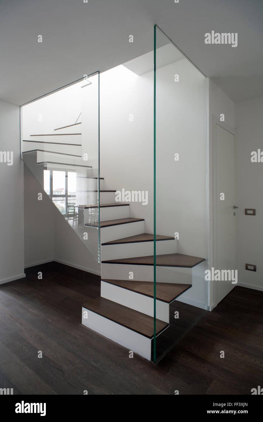 Berühmt Treppe mit einer Glaswand in einer zeitgenössischen minimal NN69