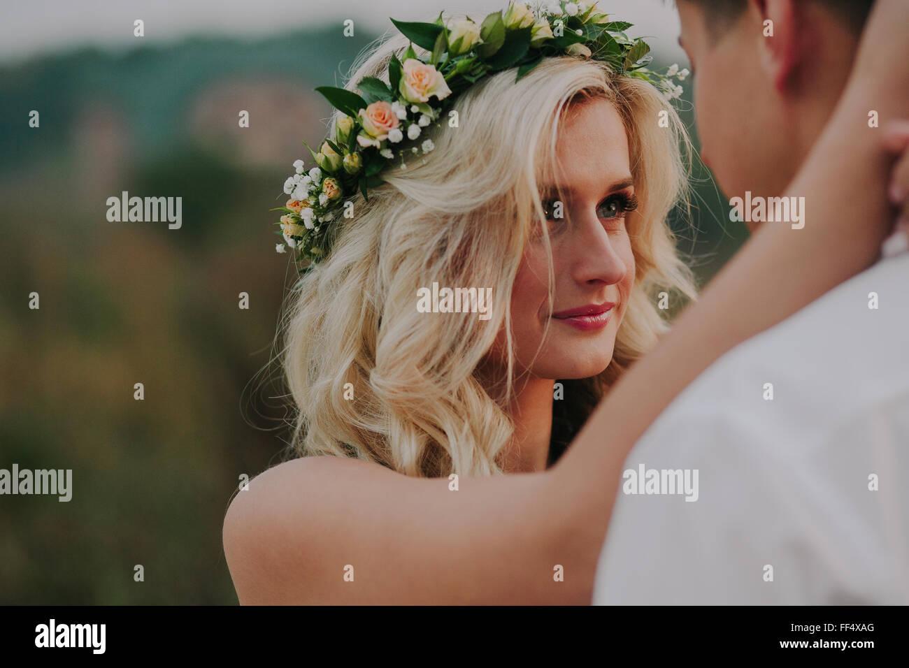 Hochzeitspaar auf die Natur Stockbild