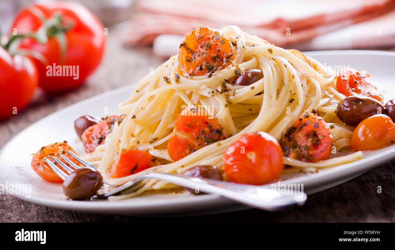 Pasta mit frischen Tomaten und Oliven Stockbild