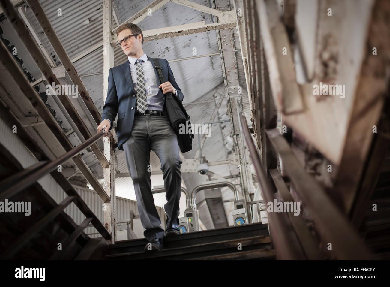 Ein Arbeitstag. Geschäftsmann in Arbeitsanzug und Krawatte, die Treppen im öffentlichen Raum. Stockbild
