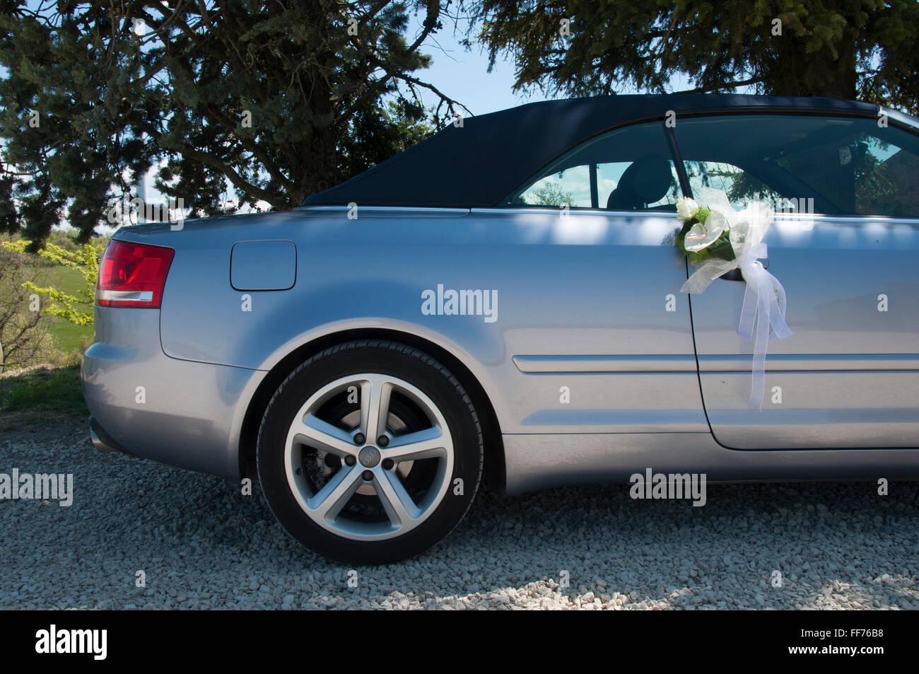 Hochzeitsblumen Hangen Aus Dem Spiegel Ein Auto Audi Stockfoto Bild