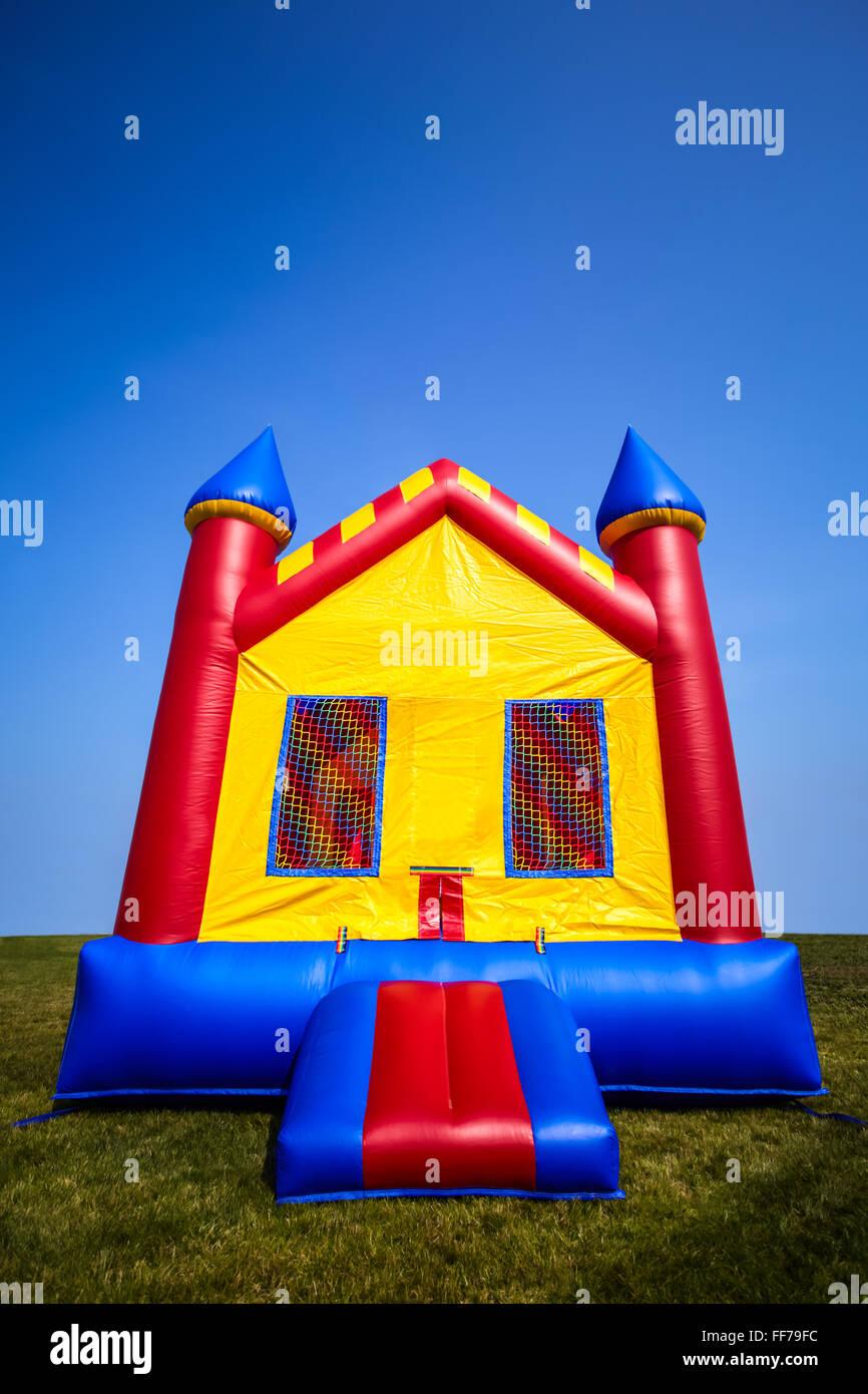 Aufblasbare Hüpfburg Kinderhaus in einem Hof für einen unterhaltsamen Sommer Party oder Veranstaltung. Stockbild