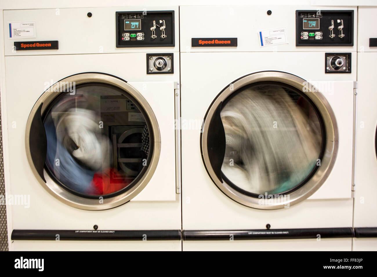 Zwei kommerzielle wäschetrockner trockner maschinen trocknen von