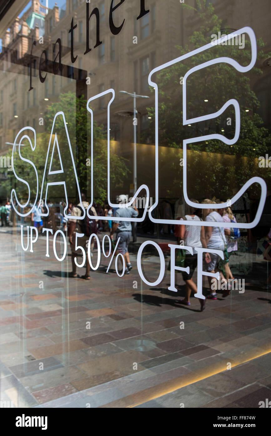 Retail Store mit weißer Schrift auf das Fensterglas Verkauf bis zu ...