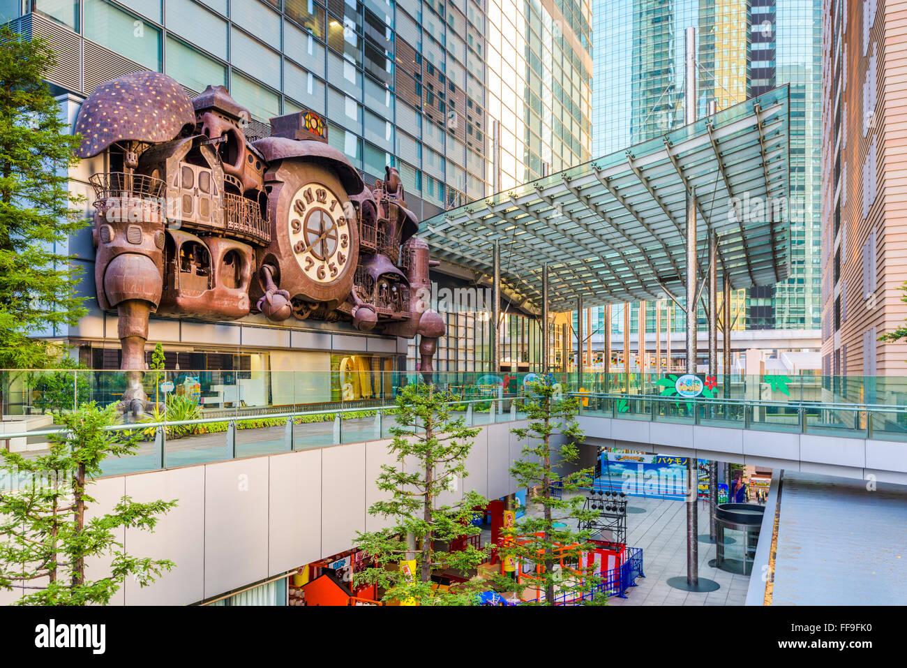 Die NTV Gebäude Fantasy inspirierte große Uhr im Shiodome Bezirk von Tokio, Japan. Stockbild